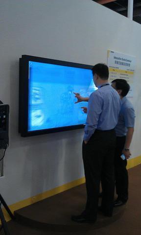大型タッチスクリーンです。 動きがとてもスムーズでi phoneを大きくしたような感じでした。  觸碰式大螢幕 好像是i phone的放大版